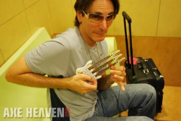 Steve Vai_tripleneck mini guitar_AH