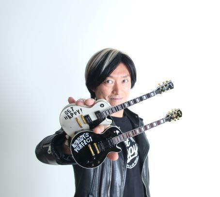 森純太 MORI JUNTA Holding 'Get Happy!' and 'Nobody's Perfect' Officially Licensed Gibson™ Les Paul™ Mini Guitars by AXE HEAVEN®