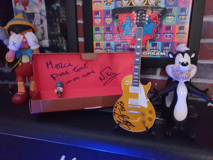 slash-signed-gibson-mini-guitar-700x875-1
